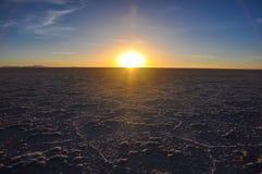 Por do sol bonito em Salar de Uyuni, Bolívia Foto de Stock