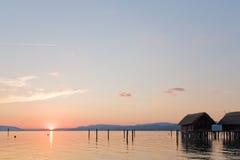 Por do sol bonito em um lago Imagem de Stock