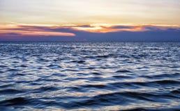 Por do sol bonito em um mar turbulento Fotografia de Stock Royalty Free