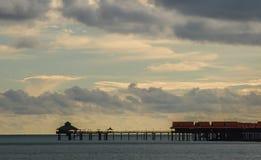 Por do sol bonito em uma praia do recurso em Langkawi, Malásia Bungalows desuspensão de Overwater no Oceano Pacífico imagens de stock royalty free