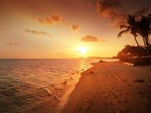 Por do sol bonito em uma praia tropical em Tailândia Fotografia de Stock