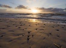 Por do sol bonito do inverno no Sandy Beach do mar Báltico em Lituânia, Klaipeda fotos de stock royalty free