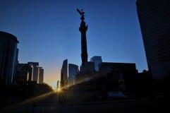 Por do sol bonito na avenida Reforma, Cidade do México fotografia de stock