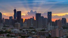 Por do sol bonito na cidade de Banguecoque com silhueta Imagem de Stock