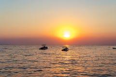 Por do sol bonito Na distância você pode ver dois botes fotos de stock royalty free