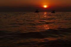 Por do sol bonito Na distância você pode ver dois botes foto de stock