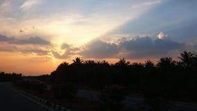 Por do sol bonito na estrada Imagens de Stock