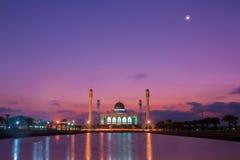 Por do sol bonito na mesquita de Songkhla, Hatyai, Tailândia Fotos de Stock