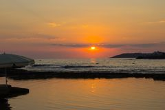 Por do sol bonito na praia Foto de Stock