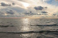 Por do sol bonito na praia com as nuvens grandes em Salento - Itália foto de stock