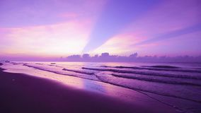 Por do sol bonito na praia com céu violeta filme