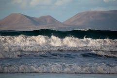 Por do sol bonito na praia de Famara, Lanzarote imagens de stock