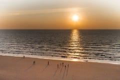Por do sol bonito na praia de Pantai Tuson, Miri, Sarawak fotos de stock