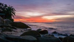 Por do sol bonito na praia malaia imagem de stock royalty free
