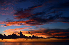Por do sol bonito na praia tropical Imagens de Stock Royalty Free