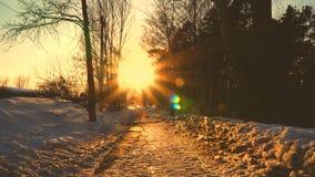 Por do sol bonito na rua da cidade no inverno Sol brilhante da neve e muitos carros 4k video estoque