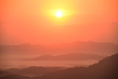 Por do sol bonito nas montanhas fotos de stock royalty free