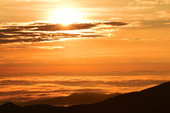 Por do sol bonito nas montanhas fotografia de stock royalty free