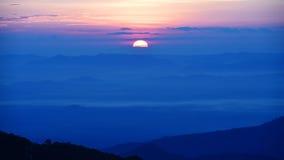 Por do sol bonito nas montanhas imagem de stock