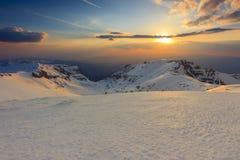 Por do sol bonito nas montanhas de Bucegi, Carpathians, Roménia Imagens de Stock Royalty Free