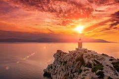 Por do sol bonito no farol no cabo de Melagavi em Loutraki, Grécia foto de stock royalty free