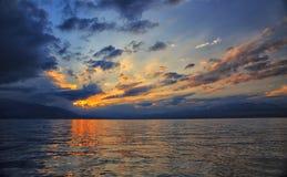 Por do sol bonito no lago fotos de stock
