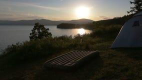 Por do sol bonito no lago video estoque