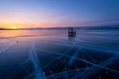 Por do sol bonito no Lago Baikal na estação do inverno, ilha de Olkhon, Sibéria, Rússia fotos de stock royalty free