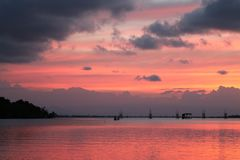 Por do sol bonito no lago do songkhla Imagem de Stock Royalty Free