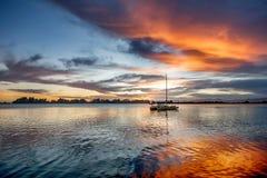 Por do sol bonito no lago Matheson em Nova Zelândia fotos de stock