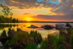 Por do sol bonito no lago Vista do lago e da floresta no sol imagem de stock royalty free
