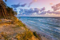 Por do sol bonito no mar Báltico com o céu nebuloso colorido, dourado foto de stock