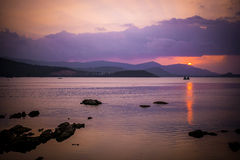 Por do sol bonito no mar com montanhas Fotografia de Stock Royalty Free
