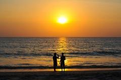 Por do sol bonito no mar de andaman com povos da silhueta junto fotos de stock royalty free