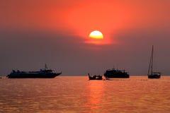 Por do sol bonito no mar de Andaman, Tailândia Foto de Stock