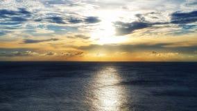 Por do sol bonito no mar em Pattaya Tailândia fotos de stock royalty free
