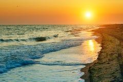 Por do sol bonito no mar Fundo do mar Curso imagem de stock royalty free