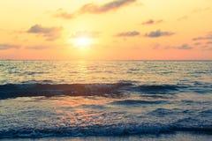 Por do sol bonito no mar nos trópicos nave Imagens de Stock
