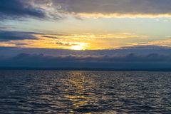 Por do sol bonito no mar, ouro, obscuridade - céu azul fotos de stock royalty free