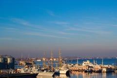 Por do sol bonito no porto de Odessa ucrânia fotografia de stock royalty free