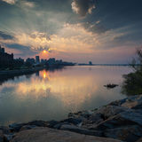 Por do sol bonito no rio de Dnieper na cidade de Dnipro Dnepropetrovsk, Ucrânia Foto de Stock