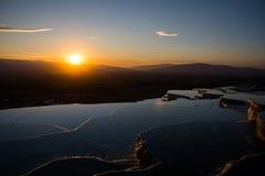 Por do sol bonito no vale de Pamukkale Foto de Stock