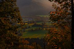 Por do sol bonito nos cumes bávaros imagem de stock