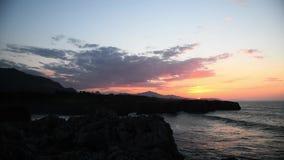 Por do sol bonito nos penhascos no Bufones de Pria, as Astúrias filme