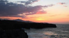 Por do sol bonito nos penhascos no Bufones de Pria, as Astúrias vídeos de arquivo