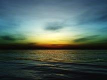 Por do sol bonito, nuvens e sol do mar acima da água Imagem de Stock
