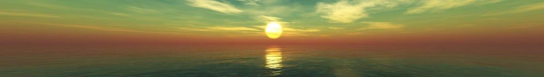 Por do sol bonito, nuvens e sol do mar acima da água Foto de Stock Royalty Free
