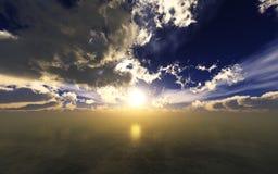 Por do sol bonito, nuvens e sol do mar acima da água Fotos de Stock