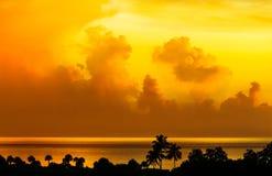 Por do sol bonito do ouro amarelo sobre um mar tropical Imagem de Stock