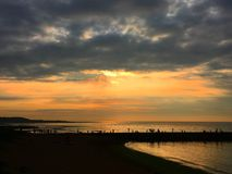 Por do sol bonito pela praia imagens de stock royalty free